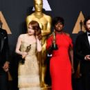 Best Supporting Actor Mahershala Ali, Best Actress Emma Stone, Best Supporting Actress Viola Davis and Best Actor Casey Affleck pose in the press room during the 89th Annual Academy Awards on February 26, 2017, in Hollywood, California. / AFP / FREDERIC