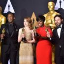 Best Supporting Actor Mahershala Ali, Best Actress Emma Stone, Best Supporting Actress Viola Davis and Best Actor Casey Affleck pose in the press room during the 89th Annual Academy Awards on February 26, 2017, in Hollywood, California. / AFP / FREDERIC - 454 x 326