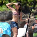 Rocsi Diaz enjoys a paddle board on the water while on vacation in Maui, Hawaii with Eddie Murphy and his family on June 14, 2012 - 398 x 594