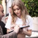 Gigi Hadid – Meets the fans as she arrives back at her hotel in Sydney - 454 x 681