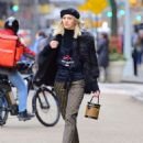 Devon Windsor – Sells Cookies for Kids with Cancer in New York - 454 x 586