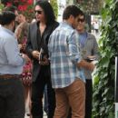 Gene Simmons & Eli Roth gets lunch - 433 x 594