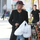 Evan Ross stops to pick up some lunch to go in Sherman Oaks, California on December 19, 2014 - 454 x 577