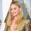 Margot Robbie At The 88th Annual Academy Awards - Arrivals (2016) - 399 x 600