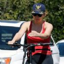 Kate Hudson and Goldie Hawn – Bike riding together in Pacific Palisades - 454 x 681