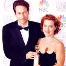 David Duchovny and Gillian Anderson At The 55th Annual Golden Globe Awards (1998) - 328 x 449