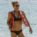 Tea Leoni in Bikini on holiday in Barbados - 454 x 814