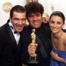 Antonio Banderas, Pedro Almodovar and Penelope Cruz At The 72nd Annual Academy Awards - Press Room (2000) - 454 x 345
