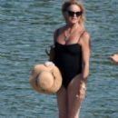 Goldie Hawn in Black Swimsuit at the beach in Skiathos - 454 x 680
