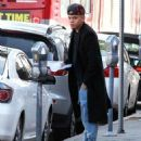 Evan Ross stops to pick up some lunch to go in Sherman Oaks, California on December 19, 2014 - 454 x 567