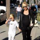 Gwen Stefani strolls through Beverly Hills with her son, Kingston Rossdale - 394 x 594