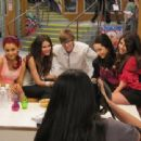 Justin Bieber posed with The Girls of Victorious
